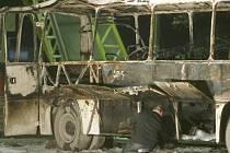 Vyšetřovatelé zkoumají trosky autobusu, ve kterém vybuchla nálož.