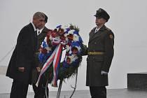 Český premiér Andrej Babiš (vlevo) 19. listopadu 2019 při své návštěvě Ukrajiny položil věnec u hrobu Neznámého vojína v Kyjevě.