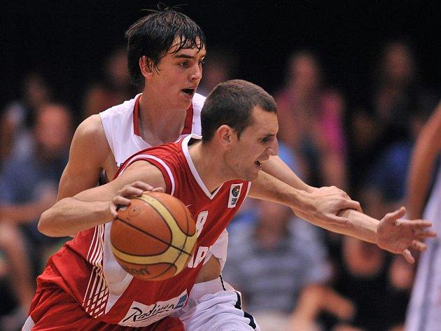 Čeští basketbalisté vyhráli první zápas v baráži o účast v elitní skupině mistrovství Evropy, když zdolali výběr Maďarska.