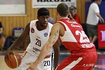 Basketbalisté Nymburka (v červeném). Ilustrační foto.