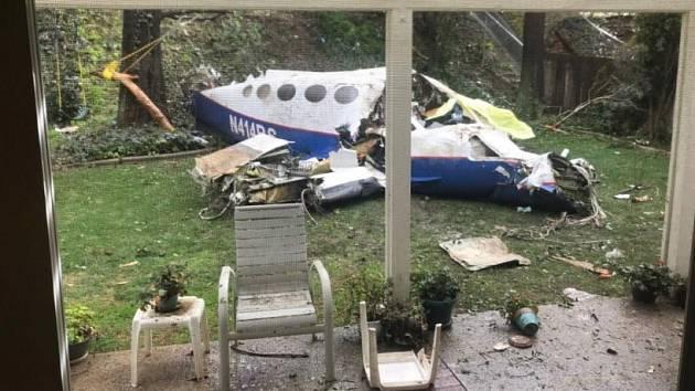 Na předměstí kalifornského Los Angeles se zřítilo malé letadlo