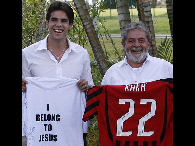 Kaká (vlevo) předává svůj dres a památné tričko brazilskému prezidentovi Luizi Inaciovi da Silvovi.