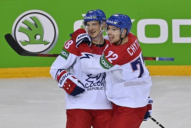 Filip Chytil (vpravo) a Dominik Kubalík se radují z gólu do sítě Švýcarska.