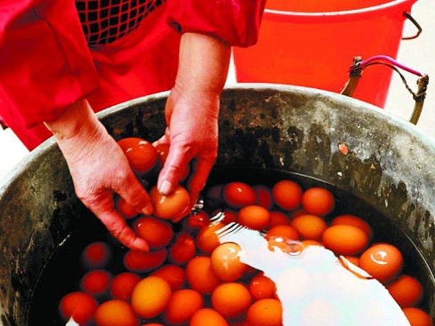 Nezvyklou specialitu připravují na jaře ve městě Tung-Jang na jihovýchodě Číny. Hlavní ingrediencí jsou vejce, která se vaří v chlapecké moči.