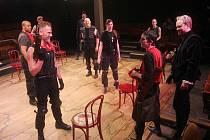 Hra Williama Shakespeara Jindřich V. uváděná v angličtině s titulky Martina Hilského zahájí v pátek 4. října působení souboru Prague Shakespeare Company v pražském Divadle Kolowrat, které se tak stane první stálou anglicko-jazyčnou scénou v hlavním městě.