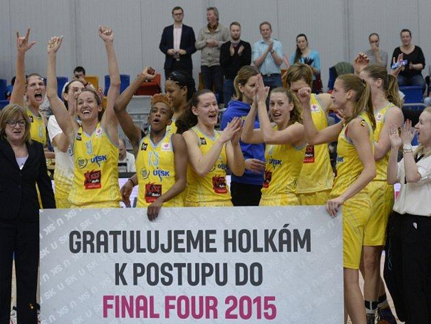 Basketbalistky USK Praha se radují z historického postupu do Final Four Euroligy.