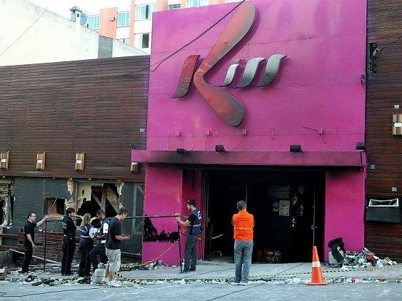 Vyšetřovatelé před vchodem do klubu Kiss v brazilském městě Santa Maria, kde uhořely více než dvě stovky lidí