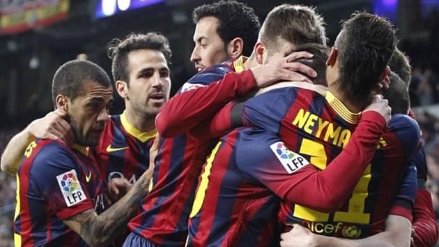 Fotbalisté Barcelony se radují z gólu proti Realu Madrid.