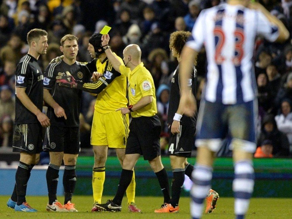 Branislav Ivanovič z Chelsea (vlevo) má námitky ke žluté kartě proto West Browichi. Situaci uklidňuje brankář Petr Čech (třetí zleva).