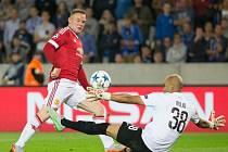 Wayne Rooney z Manchsteru United se snaží překonat brankáře Sinana Bolata z Clubu Bruggy.