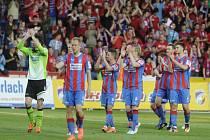Fotbalisté Plzně se radují z vítězství.