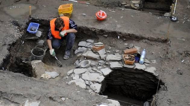 Při opravě Veigertovského domu na Karlově náměstí v Kolíně archeologové v posledních dnech objevili středověkou pec, keramiku z 12. až počátku 13. století a sklepení.