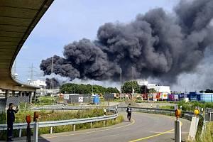 Dým stoupající nad areálem chemičky v západoněmeckém Leverkusenu, kde došlo 27. července 2021 k explozi
