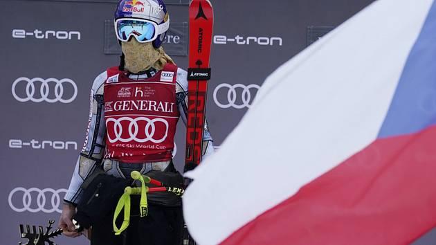 Česká lyžařka Ester Ledecká na pódiu po vítězství v superobřím slalomu ve Val d'Isere