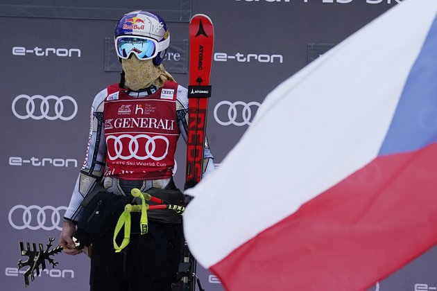 Česká lyžařka Ester Ledecká na pódiu po vítězství vsuperobřím slalomu ve Val d'Isere
