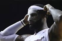 LeBron James z Miami si i s maskou vytvořil v NBA nové maximum, Charlotte pomohl porazit 61 body.