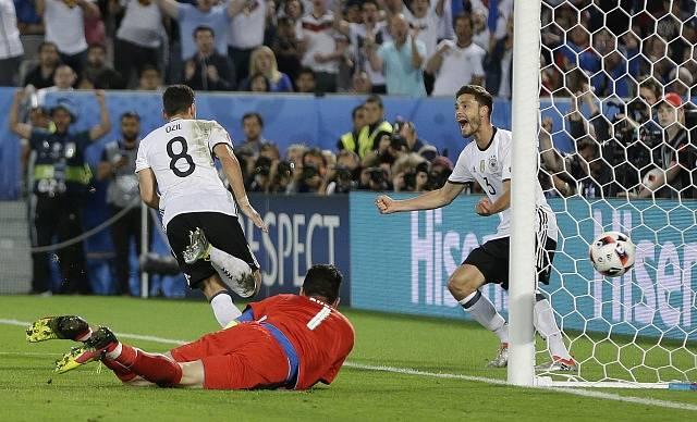 Němci Mesut Ozil a Jonas Hector slaví úvodní gól utkání.