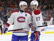 Tomáš Plekanec z Montrealu (vlevo) v diskuzi s Alexem Galchenyukem.