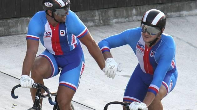 Dráhoví cyklisté Adam Ptáčník (vlevo) a Denis Špička.