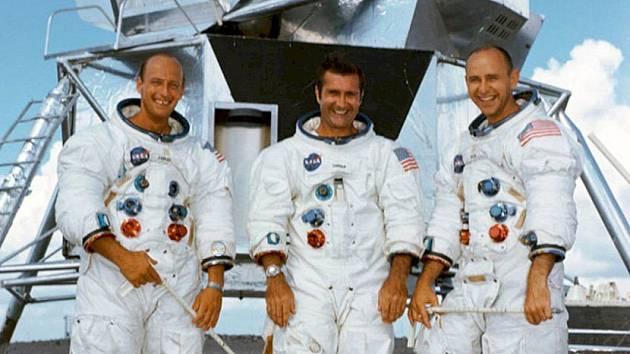 """Posádka Apolla 12. Zleva doprava velitel mise Charles """"Pete"""" Conrad, šéf velitelského modulu Richard F. Gordon a pilot lunárního modulu Alan L. Bean"""