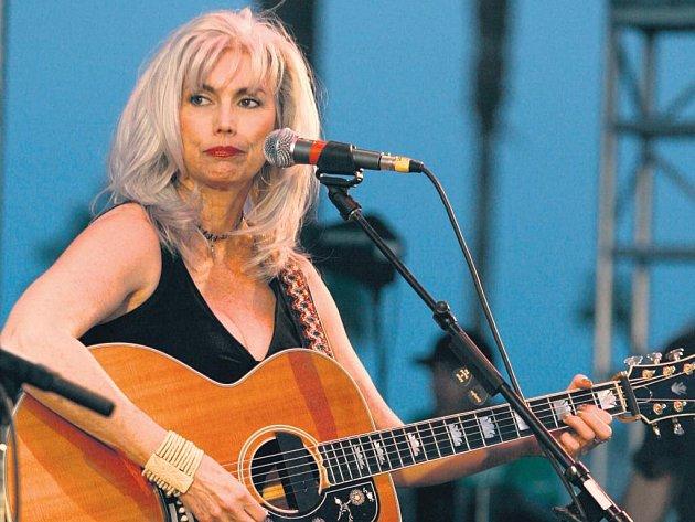 Řízná romantika. V podání Emmylou Harrisové je country music unylá jen trochu.