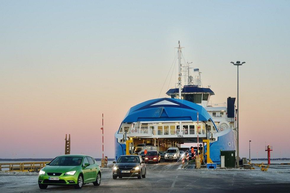 Trajekty křižují Baltské moře tam a zase zpátky. Estonii se stala osudnými vrata, kterými do lodě najíždějí automobily. Potopila se během hodiny.