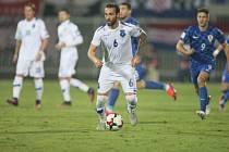 Fotbalistům Kosova (v bílém) přibudou další dva spoluhráči. Ilustrační foto.