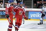Jakub Jeřábek (vpravo) s Adamem Poláškem při utkání s Finskem.
