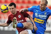 Fotbalista Plzně Daniel Kolář (vpravo) v souboji s Jiřím Kladrubským ze Sparty ve čtvrtfinále Poháru ČMFS.