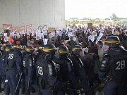 Zhruba 200 migrantů a 50 jejich stoupenců se sešlo nedaleko tábora, aby protestovali proti životním podmínkám v něm.