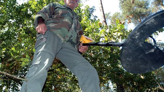 Josef Mužík při průzkumu terénu nedaleko obcí Milbortice a Verneřice na Českolipsku. Najde zde zmizelé americké piloty z druhé světové války?