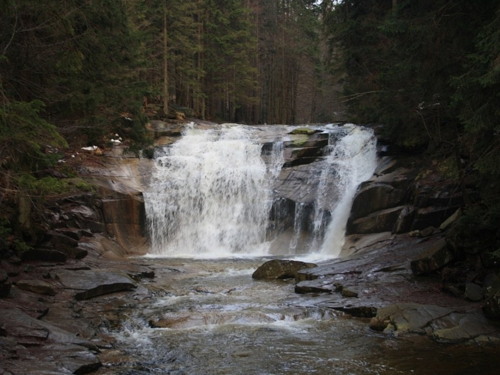Mumlavský vodopád překonává výšku 12 metrů.