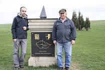Poutník s Jaroslavem Dvořákem u oficiálního středu republiky v Číhošti.