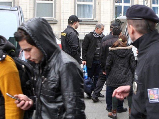 Policie 15. dubna převezla 16 křesťanských uprchlíků z Iráku na služebnu v centru Ústí nad Labem.