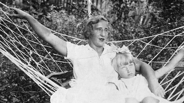 Irina Juřinová s maminkou v roce 1937.