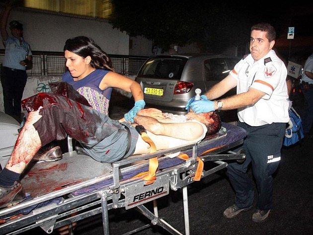 Tři lidi v sobotu v noci zastřelil a dalších 11 zranil dosud neznámý útočník v gay klubu v centru izraelského Tel Avivu. Střelec do davu v klubu s názvem Café Noir pálil z automatické pušky.