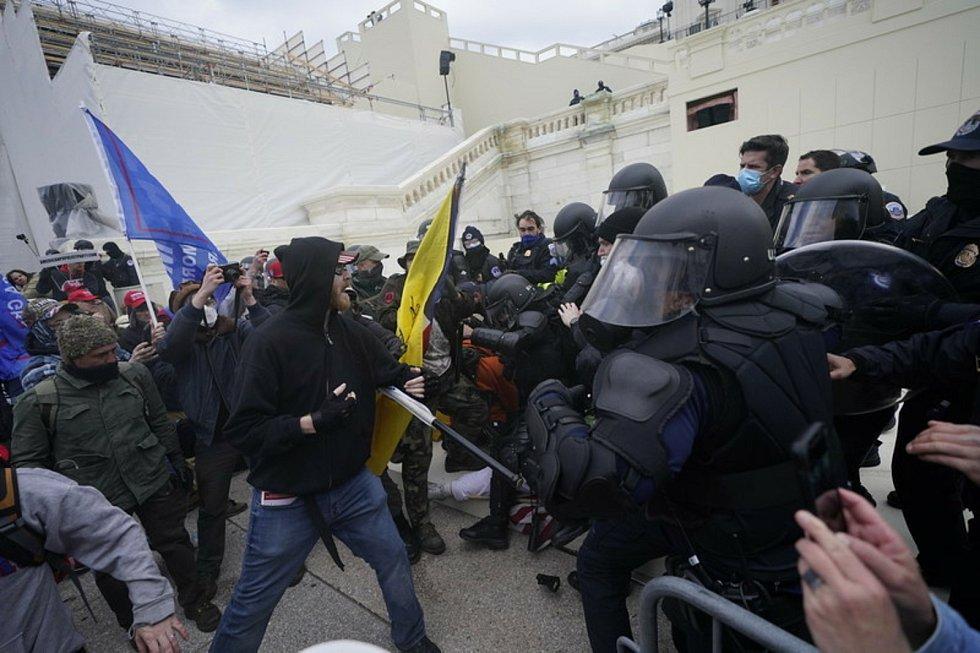 Nepokoje před Kapitolem ve Washingtonu.