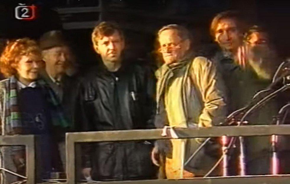 Pražští herci (Jiřina Bohdalová, Jaromír Hanzlík, Ilja Prachař a Ondřej Pavelka) ve společnosti Alexandra Dubčeka