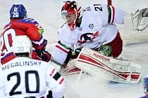 Petr Vrána (vlevo) ze Lva v šanci před brankářem Jekatěrinburgu Jakubem Kovářem v utkání Kontinentální hokejové ligy.