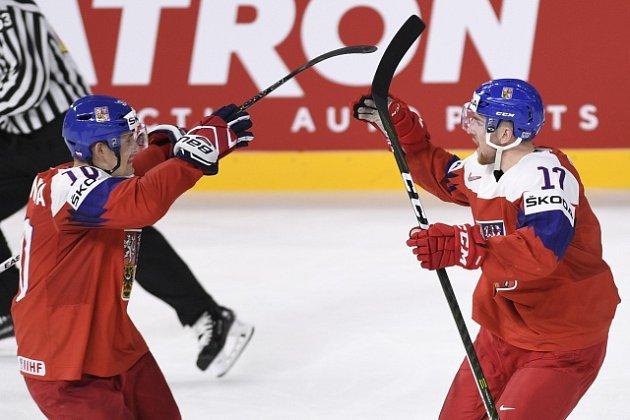 Kapitán Radek Červenka (vlevo) přijíždí gratulovat Hronkovi k jeho trefě.