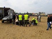 Při závěrečném seskoku osmi parašutistů na Dnech armády na pražské Letné 23. září se jeden z nich netrefil do určeného prostoru a dopadl mezi diváky. Zraněni jsou tři diváci a výsadkář. Na snímku místo nehody.