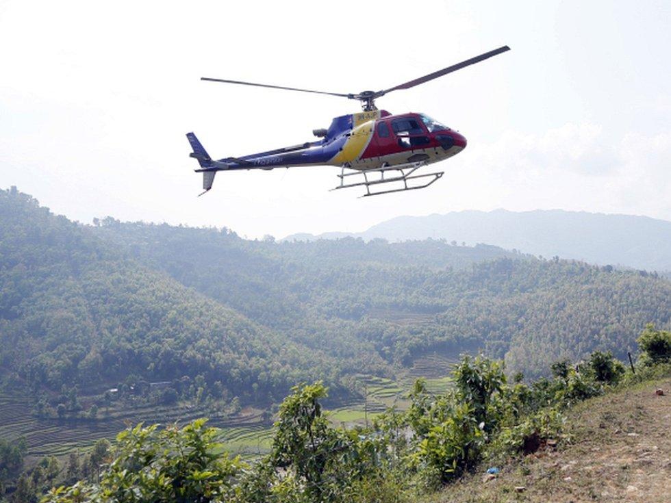 Všichni horolezci, kteří zůstávali po ničivém zemětřesení a sesuvech lavin uvězněni ve výškových táborech na svazích Mount Everestu, již byli údajně s pomocí vrtulníků přepraveni do bezpečí.