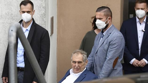 Miloš Zeman opouští nemocnici. Ilustrační snímek