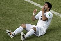 Itálie - Uruguay: Krátce po inkriminovaném momentu - Luis Suárez si hrál na oběť