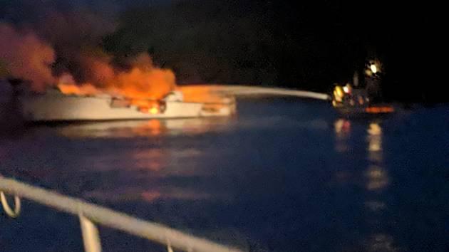 Požár lodi u kalifornského ostrova Santa Cruz západně od Los Angeles