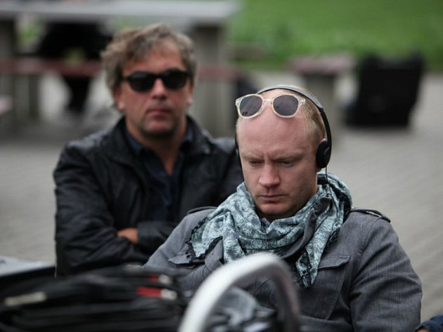 POLSKI FILM.  Jan Budař v roli režiséra a Tomáš Matonoha