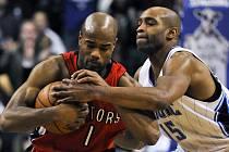 Rozehrávač Toronta Jarrett Jack (vlevo) bojuje o míč s Vincem Carterem z Orlanda.