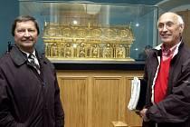 Americký obchodník Danny Douglas (vpravo) a kriminalista František Maryška, kteří se nejvíce zasloužili o nalezení vzácného relikviáře svatého Maura.