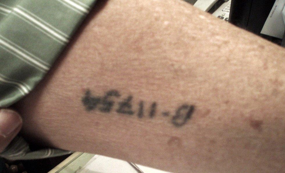 """Vytetované číslo na předloktí Freddyho Sobotky: """"Dostaneš číslo, nemáš jméno, nejsi nic."""" Pouze v táboře Auschwitz byli práce schopní vězni tetováni."""