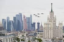 Přelet vojenských helikoptér nad Moskvou při příležitosti oslav 75. výročí porážky nacistického Německa a konce druhé světové války.